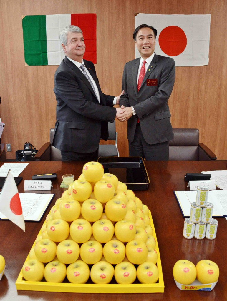 Governor of Nagano Prefecture (right) and President of VOG (left) shaking hands after signing contract (in Nagano Prefecture)