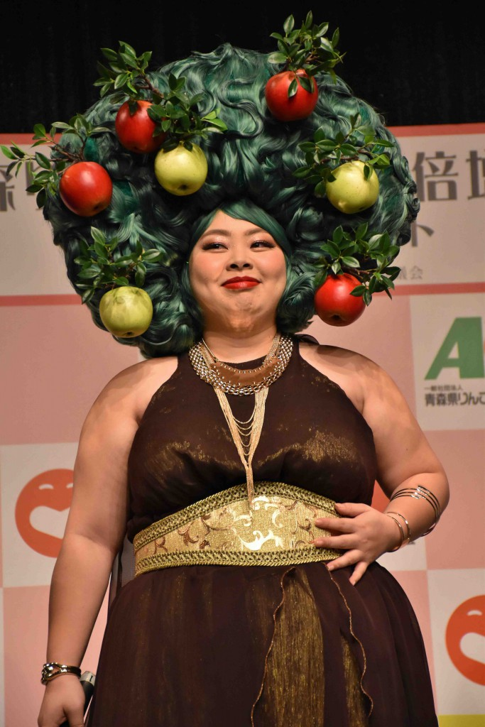Watanabe came on stage with a big apple tree Afro wig. (on September 26 in Shinjuku-ku, Tokyo)