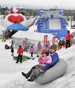 Ride on rubber boats on snowy hills was also popular especially among families with children.