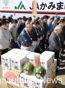 Farmers and JA's representatives offering a silent prayer at the watermelon shipment ceremony held on April 14 (Mashiki town, Kumamoto prefecture)