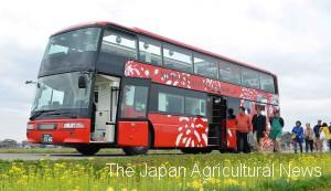 he 3.8-meter-high, 12-meter-long restaurant bus makes a stop in Niigata Prefecture.