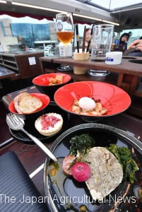 A course of dishes featuring local specialties of Niigata Prefecture, such as the famous Koshihikari brand rice, is served on a restaurant bus.