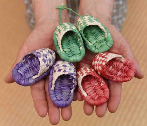 Miniature slippers, about 7 cm long, which can be used as key accessories, are also available.