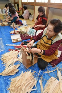 Local women of Towada, Aomori Prefecture, gather in the off-season to braid slippers using corn husks.