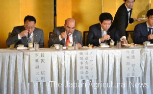 (From left) State Minister for Reconstruction Hiroaki Nagasawa, FAO Director General Jose Graziano da Silva and State Minister for Foreign Affairs Kentaro Sonoura taste sweets made from Fukushima-grown fruit in Tokyo's Chiyoda Ward on May 10.