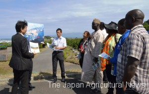 In Shizuoka city on Sept. 1, African cooperative leaders are being explained on how the farmland consolidation project has been completed by the Shizuoka prefectural government.