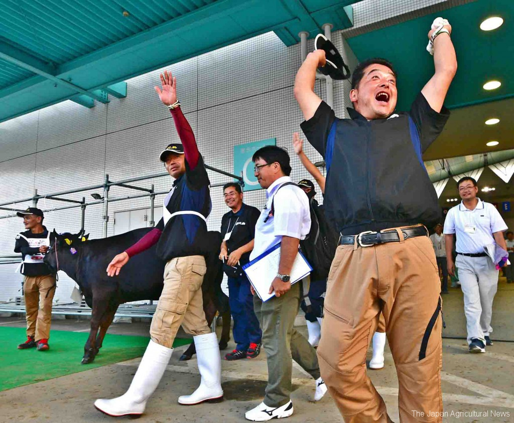 Feeders of Kagoshima Prefecture jumped up with joy when they heard they won the grand prize. (On September 10, 2017, in Sendai city)