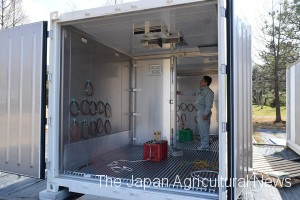 A newly developed container tested at the Fukuoka Agriculture and Forestry Research Center has two rooms which can be set at different temperatures.