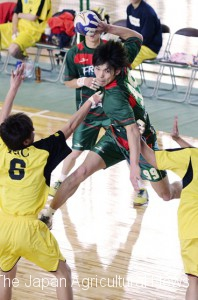 A player of Fresa Fukuoka making a jump shot goal at an official game in Fukuoka Prefecture on April 7. (in Fukuoka Prefecture)