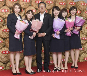 Genichi Jinde, Senior Executive Vice President and Director of ZEN-NOH, handed flowers to the members of LS Kitami (on May 24, 2018, in Chiyoda, Tokyo)