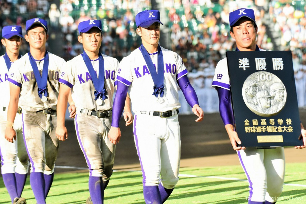 The baseball team members of Kanaashi Nogyo High School march on Aug. 21 at Koshien Stadium after coming second in the National High School Baseball Championship held in Nishinomiya, Hyogo Prefecture.