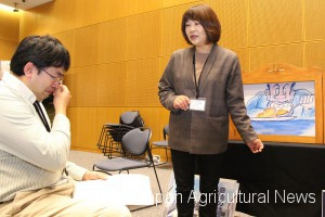 Yoko Oka (right) performs a kamishibai storytelling at an event in the city of Fukushima.
