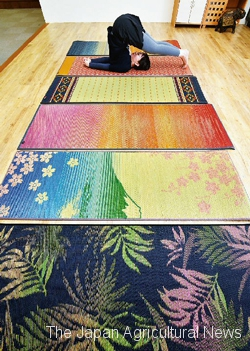 Tatami yoga mats are made of igusa rush grass grown in Japan. They come in 15 different designs about nature and Japan. (In Oki Town, Fukuoka Prefecture)