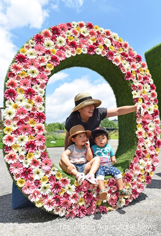 Family taking a picture at a photo spot at the main venue entrance (in Hiroshima City, Hiroshima Prefecture)