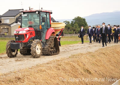 A robot tractor running without a driver on a farm road. (In Toyama City, Toyama Prefecture)