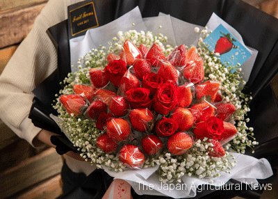 """Elegant Ichigosan"" bouquet with 30 fresh red strawberries (Photo by Saga Product Promotion Public Corporation)"