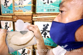 """""""Mask with Tea"""" has an inner pocket to hold a teabag. Each set comes with two heart-shaped teabags. (In Sayama City, Saitama Prefecture)"""